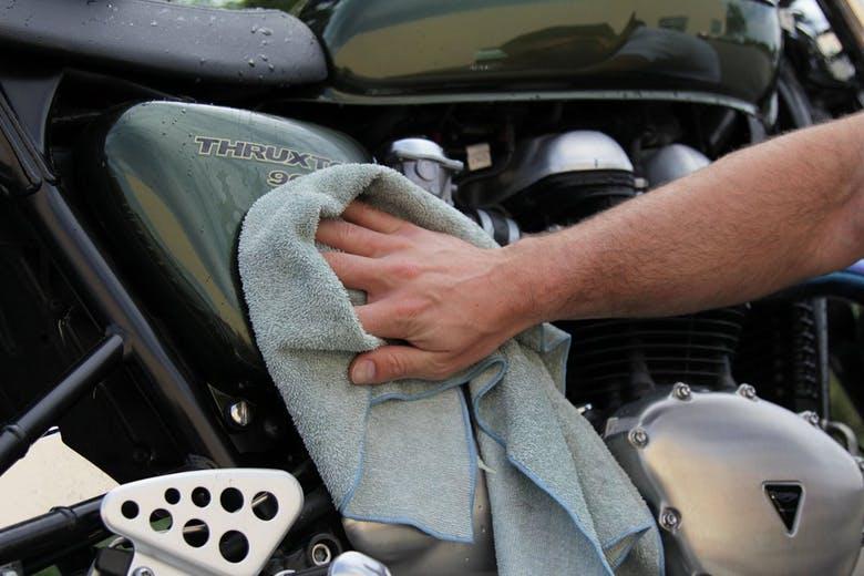 خشک کردن موتورسیکلت بعد از شستشو