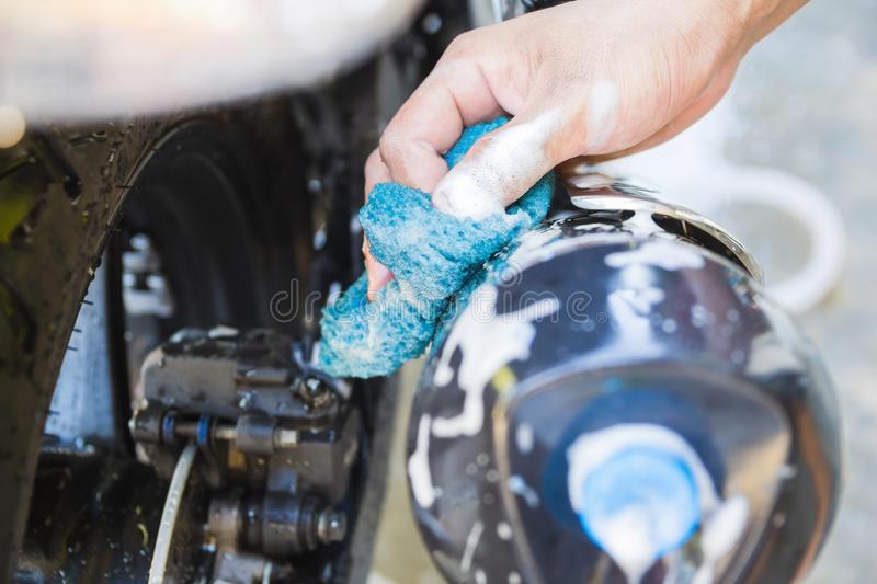 شستن قسمت های غیرفلزی موتور